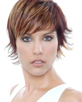 Если у вас овальная или круглая форма лица и лесенка, с косой длинной челкой, попробуйте сделать следующую укладку...